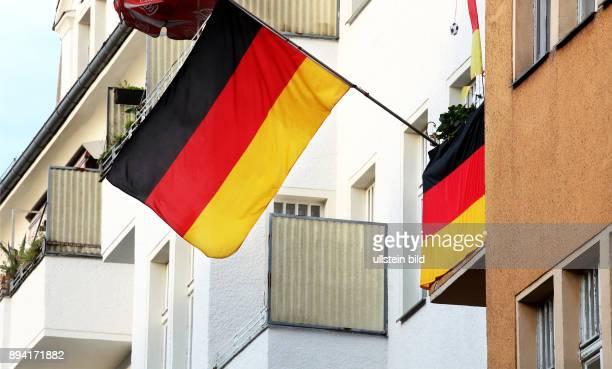 BerlinMitte Fußball UEFA EM 2016 in Frankreich Geschmückter Balkon eines Fußballfans mit Deutschlandflaggen