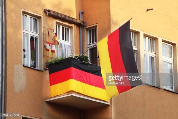 BerlinMitte Fußball UEFA EM 2016 in Frankreich Geschmückter Balkon eines Fußballfans mit Deutschlandflaggen und Berlinflagge