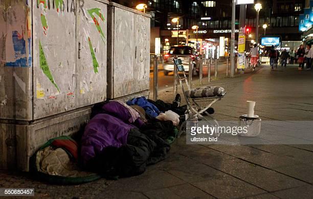 Berlin-Mitte: Wohnungslosigkeit in der Hauptstadt. Immer mehr Armutsflüchtlinge zieht es nach Berlin. Offenbar osteuropäische Obdachlose kampieren...