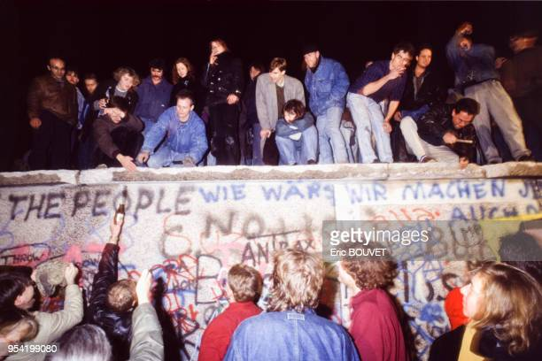 Berlinois manifestant lors de la chute du Mur de Berlin le 10 novembre 1989, Allemagne.