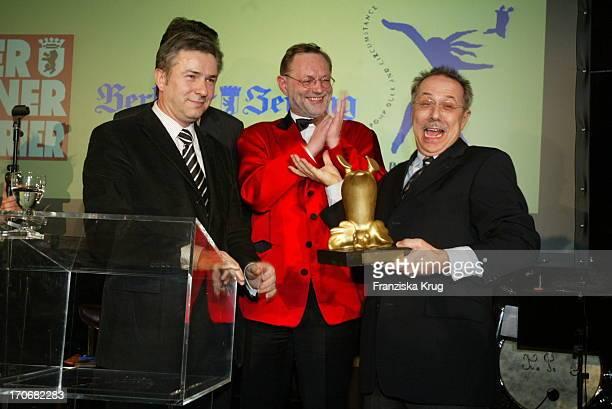 """Berlins Bürgermeister Klaus Wowereit + Gastronom Hans Peter Wodarz Verleihen Den Preis """"Die Goldene Ente"""" An Berlinale-Chef Dieter Kosslick Für Seine..."""