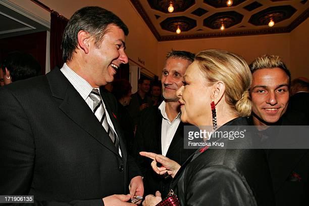 Berlins Bürgermeister Klaus Wowereit Mir Freund Jörn Kubicki Und Barbara Schöne Bei Der Gala 2004 Künstler Gegen Aids Zugunsten Der Berliner...