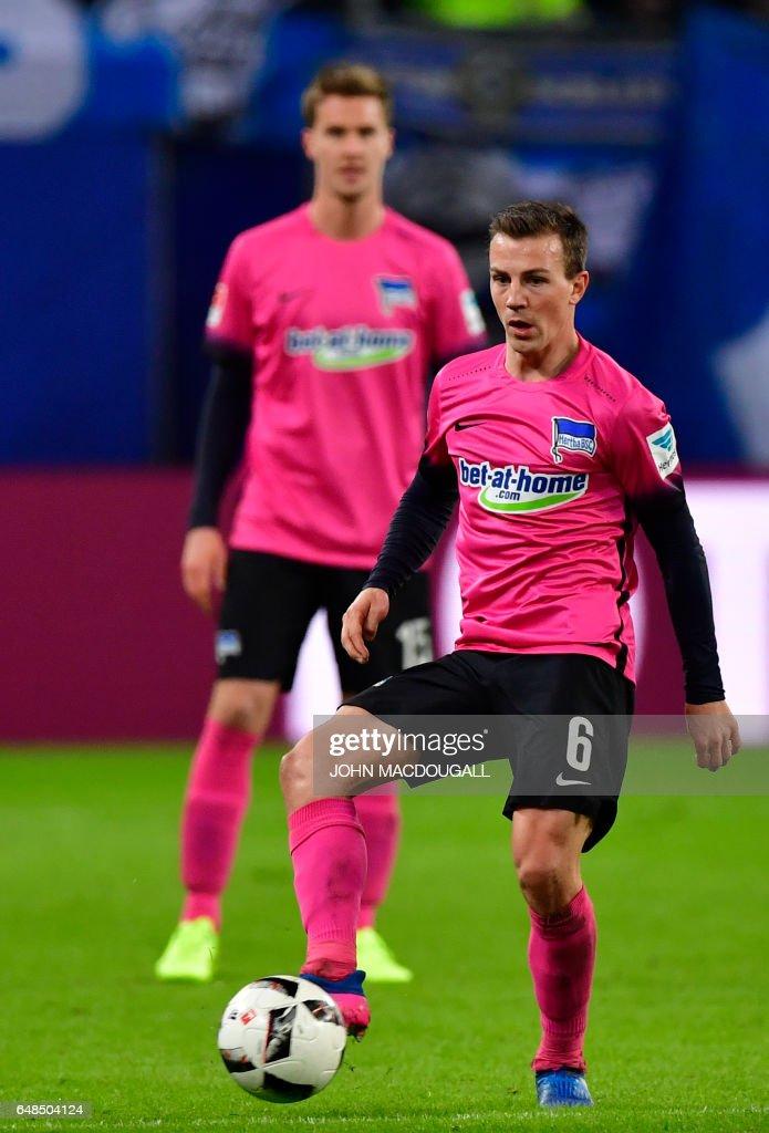 Berlin's Czech midfielder Vladimir Darida controls the ball during the German First division Bundesliga football match between Hamburger SV and Hertha BSC Berlin, on March 5, 2017. / AFP PHOTO / John