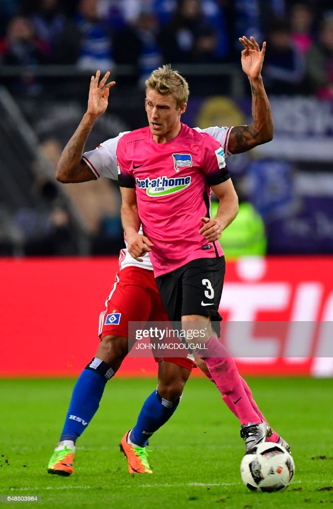 Berlin's Norwegian midfielder Per Ciljan Skjelbred (front) vies with Hamburg's Brazilian midfielder Walace (back) during the German First division Bundesliga football match between Hamburger SV and Hertha BSC Berlin, on March 5, 2017. / AFP PHOTO / John