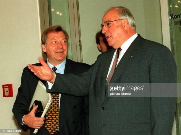 Berlins Regierender Bürgermeister Eberhard Diepgen lächelt Bundeskanzler Helmut Kohl an, der auf dem Weg in die Parteizentrale mit Journalisten...