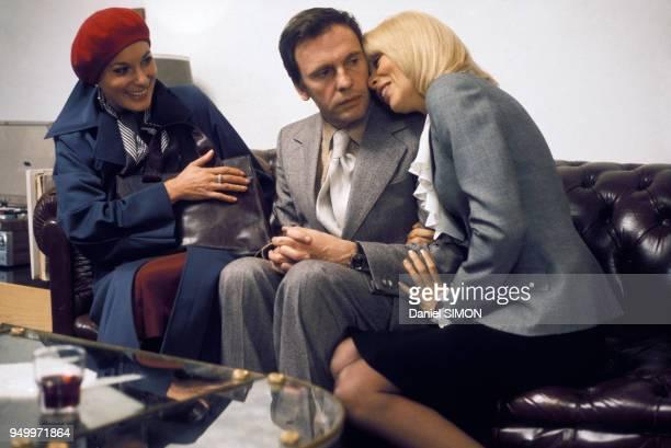 Bernadette Lafont JeanLouis Trintignant et Mireille Darc lors du tournage du film 'L'Ordinateur des pompes funèbres' de Gérard Pirès en 1976 en France