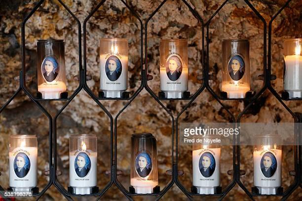 bernadette soubirous candles. - bernadette soubirous fotografías e imágenes de stock