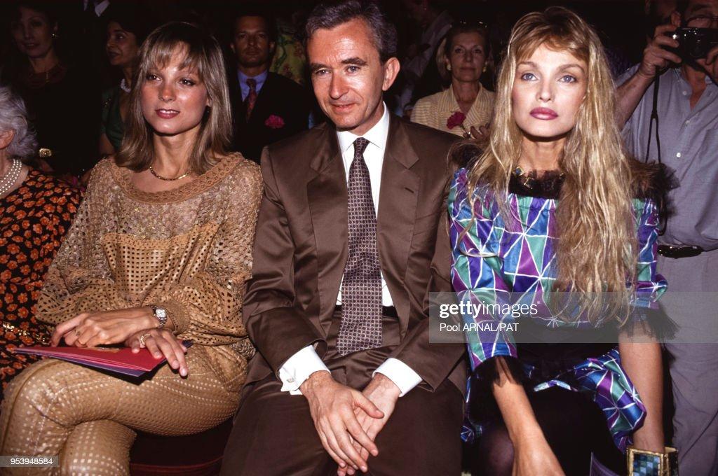 Bernard Arnault avec sa femme et Arielle Dombasle en 1993 : News Photo