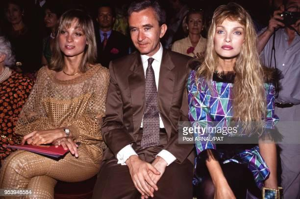 Bernard Arnault avec sa femme et Arielle Dombasle au défilé Christian Lacroix, Haute Couture, collection Automne/Hiver 1993/94 à Paris en juillet...