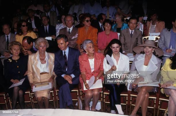 Bernard Arnault entouré de Bernadette Chirac, Claude Pompidou et d'autres personnalités lors du défilé haute couture de Christian Dior en juillet...