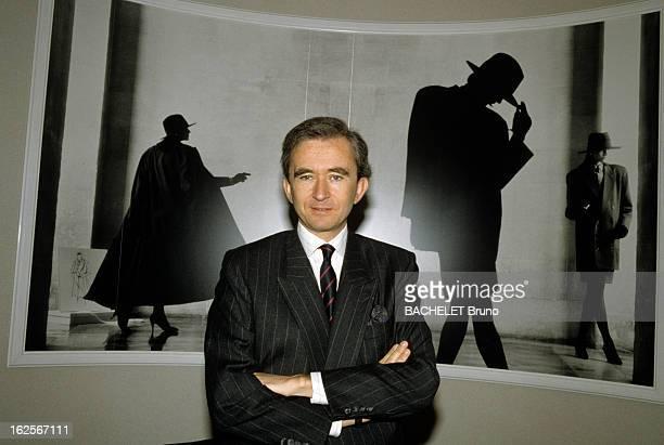 Bernard Arnault Portraits Paris 5 juin 1989 Portrait de Bernard ARNAULT président du directoire de LVMH bras croisés devant une photographie de mode
