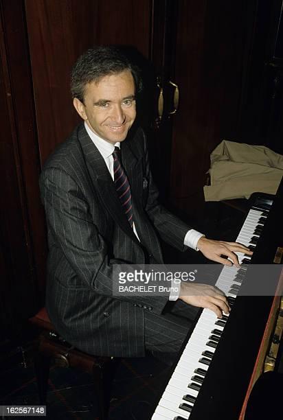 Bernard Arnault Portraits Paris 5 juin 1989 Portrait de Bernard ARNAULT président du directoire de LVMH souriant jouant du piano assis