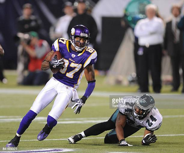 Bernard Berrian of the Minnesota Vikings carries the ball during the NFC Wild Card playoff game against the Philadelphia Eagles on January 4, 2009 at...