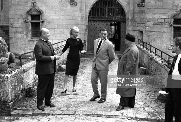 Bernard Blier Mireille Darc Lino Ventura et Francis Blanche sur le tournage du film 'Les Barbouzes' de Georges Lautner tourné au Chateau de Vigny en...