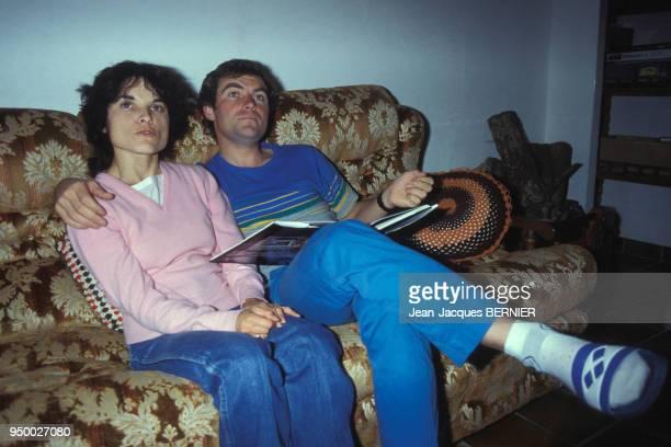 Bernard Hinault chez lui avec son épouse le 9 septembre 1983, à Quessoy, France.