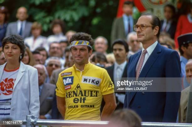 Bernard Hinault entouré de la Ministre des Sports, Edwige Avice et du Maire de Paris, Jacques Chirac après l'arrivée du Tour de France 1982 à Paris,...