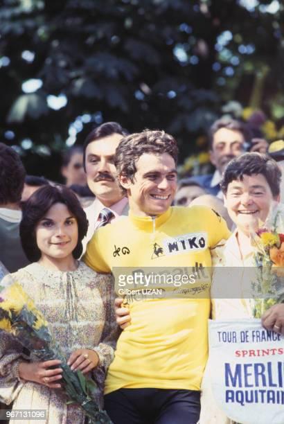 Bernard Hinault revêtu du maillot jaune au milieu de la foule lors de sa victoire dans le Tour de France le 22 juillet 1978 à Paris France