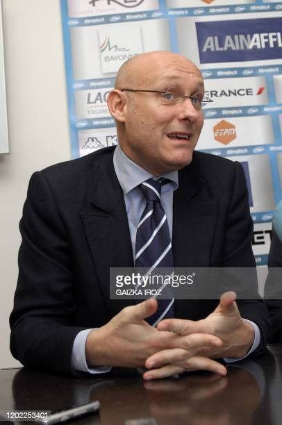Bernard Laporte ancien sélectionneur du Quinze de France et ancien secrétaire d'Etat aux Sports s'adresse à la presse le 04 décembre 2010 à Bayonne...