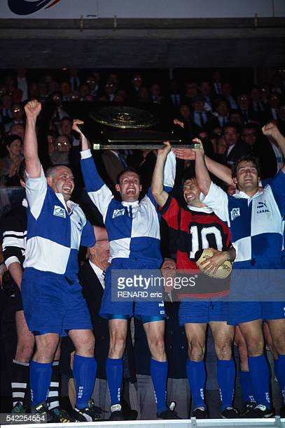Bernard Laporte of BeglesBordeaux holds the Bouclier de Brennus with his teammates following their 1910 victory over Stade Toulousain in the final of...