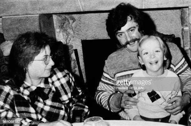 Bernard Laroche libre après une incarcération de trois mois dans le cadre de l'enquête sur la mort du petit Grégory Villemin ici avec son fils...