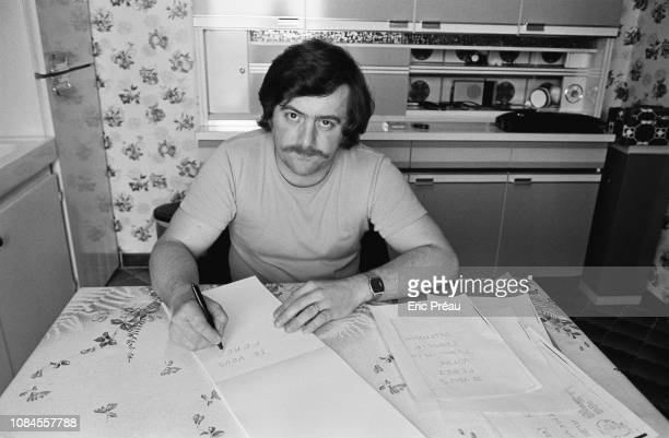 Bernard Laroche recopiant une lettre anonyme reçue par les parents de Gregory Villemin assasiné en 1984