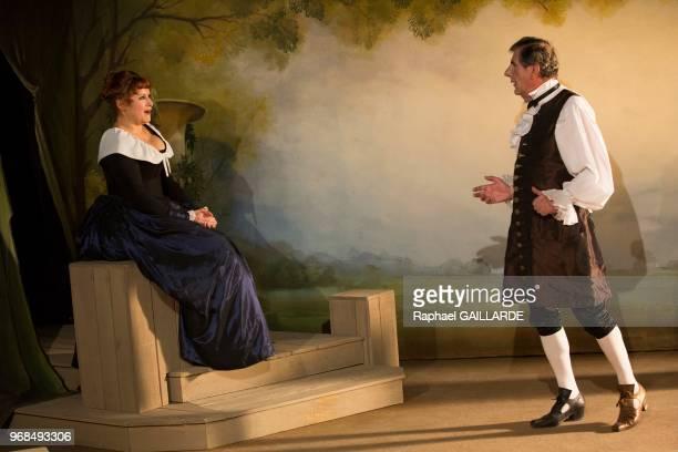 Bernard Menez et Valérie Vogt sur scène interprètent au Théâtre de Poche Montparnasse 'Le Legs' de Marivaux mise en scène de Marion Bierry le 13 mars...