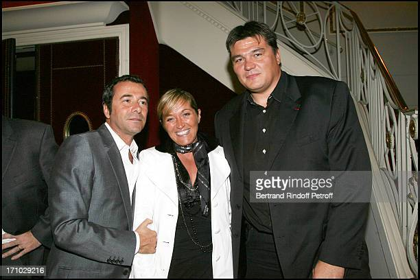 Bernard Montiel David Douillet and his wife Valerie Surprise birthday of Mireille Darc on the stage of the Marigny theater by Alain Delon at the end...