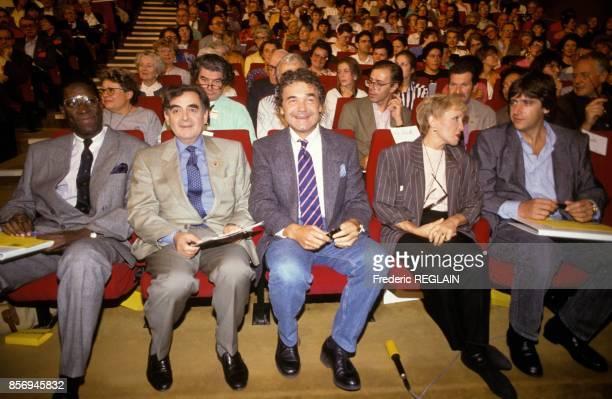 Bernard Pivot anime la demi finale du championnat de l'orthographe avec Eric Blanc Pierre Perret Nicole Croisille et Yves Duteil le 14 octobre 1990 a...