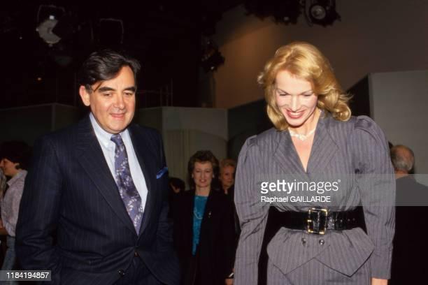 Bernard Pivot invite l'actrice Brigitte Lahaie sur le plateau de l'emission 'Apostrophes' sur Antenne 2 le 27 mars 1987 à Paris France