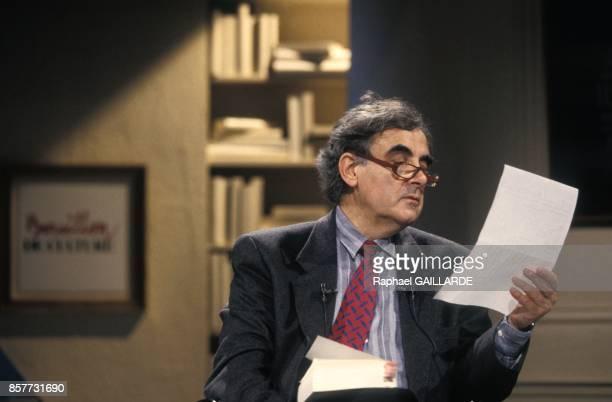 Bernard Pivot presente l'emission televisee 'Bouillon de culture' sur Antenne 2 le 26 fevrier 1994 a Paris France