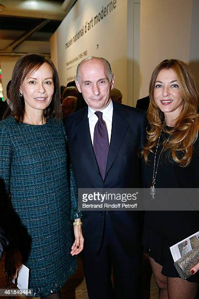 Bernard RuizPicasso standing between his wife Almine and Arabelle Reille Mahdavi attend the 'Societe des Amis du Musee National d'Art Moderne' Dinner...
