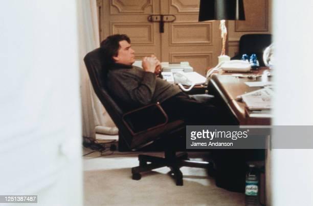 Bernard Tapie dans son bureau