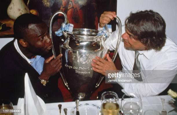 Bernard Tapie et Basile Boli fêtent la victoire de l'OM face au Milan AC en finale de la coupe d'europe à l'Hôtel Bachmair