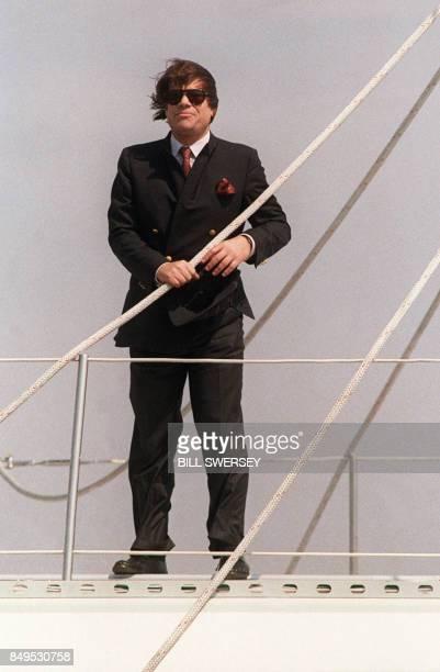 Bernard Tapie propriétaire et skipper du 'Phocéa' un quatremâts qu'il a racheté en 1982 après la disparition du navigateur Alain Colas se tient sur...