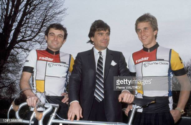 """Bernard Tapie présente la nouvelle équipe cycliste : """" La vie claire """" entouré de Bernard Hinault et Greg LeMond"""