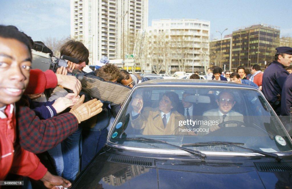 Bernard Tapie arrive au stade Vélodrome à Marseille en 1986 : News Photo
