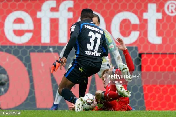 Bernard Tekpetey of SC Paderborn 07 and Gotoku Sakai of Hamburger SV battle for the ball during the Second Bundesliga match between SC Paderborn 07...