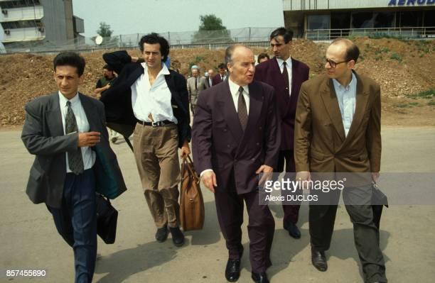 BernardHenri Levy et le president de la Republique de BosnieHerzegovine Alija Izetbegovic au moment de leur depart pour Zagreb en juin 1993 a...