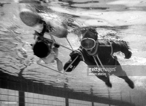 Bernd Böttger der in der Schwimmhalle BerlinSchöneberg am sein MiniUBoot demonstriert Mit einem selbstgebastelten MiniUBoot schwamm der 28jährige...