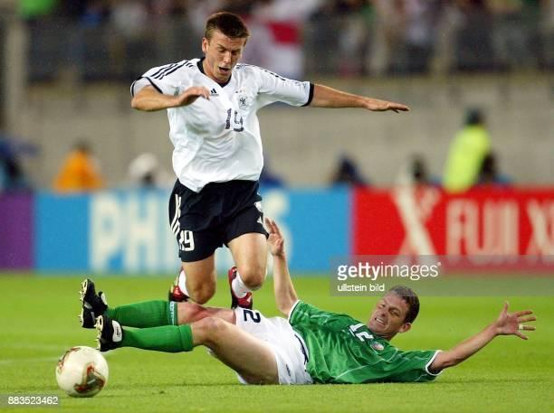 FussballWM 2002 Gruppe E Vorrunde in Ibaraki 1 Bernd Schneider wird beim Zweikampf um den Ball von Mark Kinsella gefoult