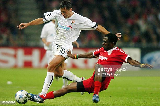 Armand Deumi of FC Thun vies with Miroslav Slepicka of Sparta Prague 27 September 2005 at the Stade de Suisse in Bern during their Champions League...