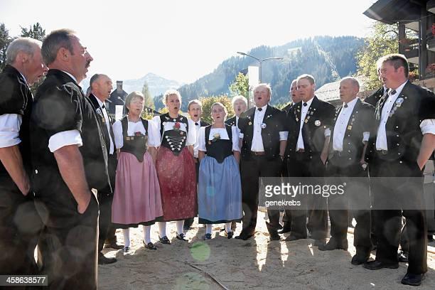 berner jodler chors begleiten sie im aelplerfest lenk - traditionelle kleidung stock-fotos und bilder