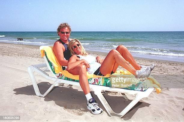 Bernhard Brink Ehefrau Ute Brink Marbella/Spanien Mittelmeer Meer Strand Urlaub Frau Sonnenliege Sonnenbrille