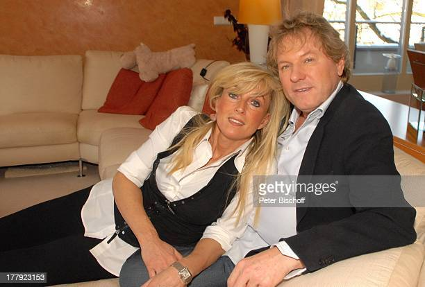Bernhard Brink Ehefrau Ute Homestory Berlin Grünewald Deutschland Europa zu Hause Wohnraum Sofa im Arm liegen SchlagerStar Sänger