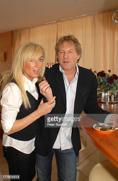 Bernhard Brink Ehefrau Ute Homestory Berlin Grünewald Deutschland Europa zu Hause Wohnraum umarmen Küchenbar SchlagerStar Sänger