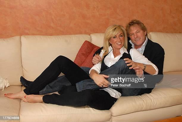 Bernhard Brink Ehefrau Ute Homestory Berlin Grünewald Deutschland Europa zu Hause Wohnraum auf dem Sofa liegen umarmen SchlagerStar Sänger