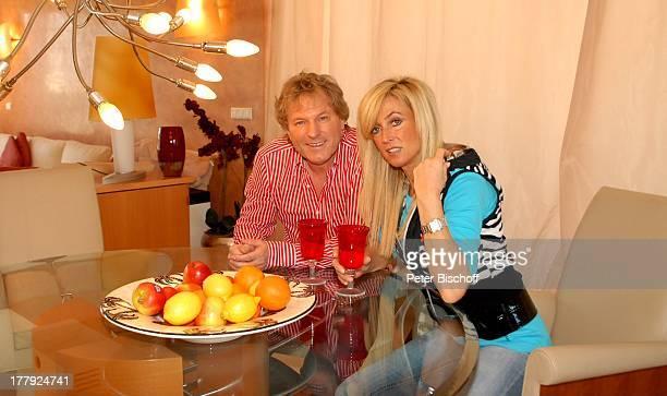 Bernhard Brink Ehefrau Ute Homestory Berlin Grünewald Deutschland Europa zu Hause Wohnraum EssTisch Glas Getränk DeckenLampe stylish Teller mit...