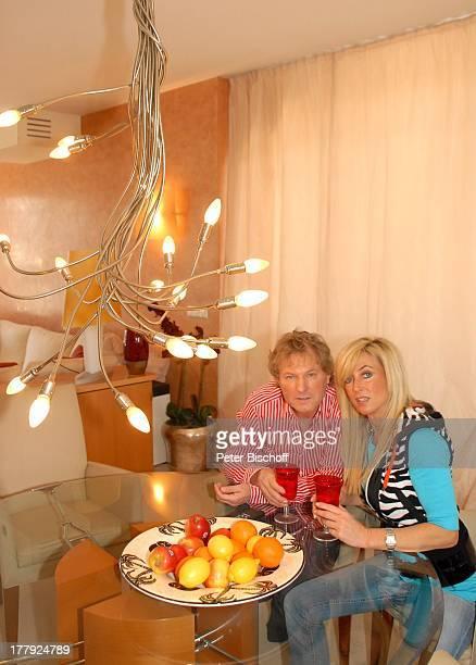 Bernhard Brink, Ehefrau Ute, Homestory, Berlin, Grünewald, Deutschland, Europa, zu Hause, Wohnraum, Ess-Tisch, Glas, Getränk, Teller mit Früchten,...
