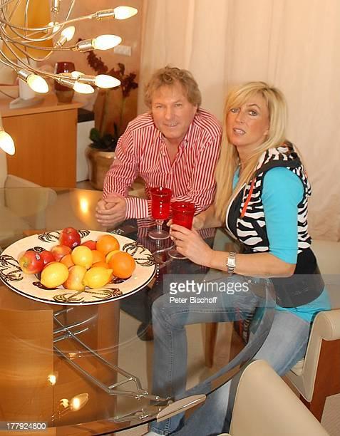 Bernhard Brink Ehefrau Ute Homestory Berlin Grünewald Deutschland Europa zu Hause Wohnraum EssTisch Glas Getränk Teller mit Früchten ObstTeller...