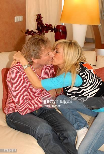 Bernhard Brink, Ehefrau Ute, Homestory, Berlin, Grünewald, Deutschland, Europa, zu Hause, Wohnraum, Sofa, Kuss, küssen, umarmen, verliebt,...